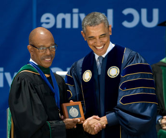 President Obama with then-UC Irvine Chancellor Drake at 2014 UC 欧文 commencement